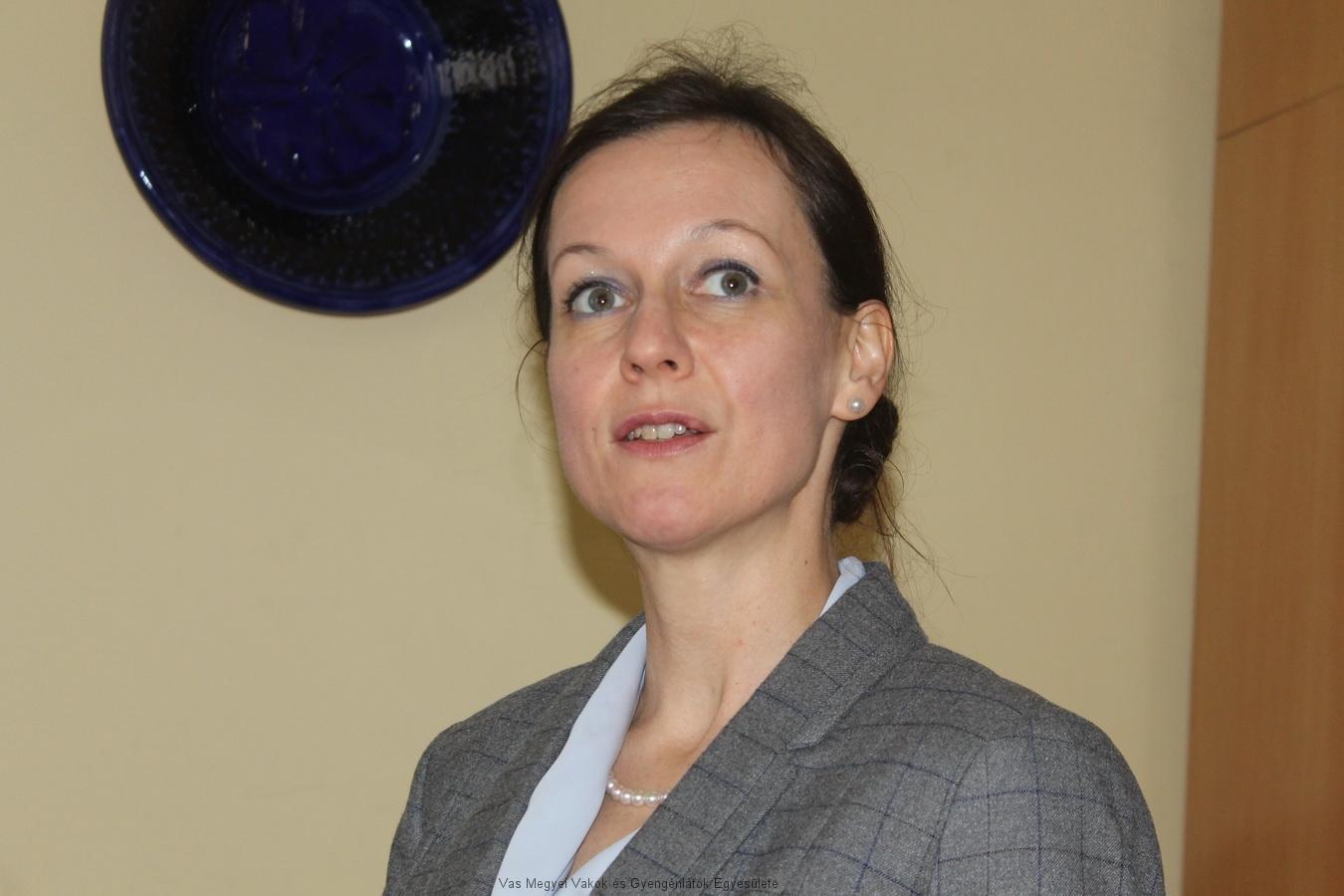 Dr. Kovács Marianna szemorvos tartja előadását.