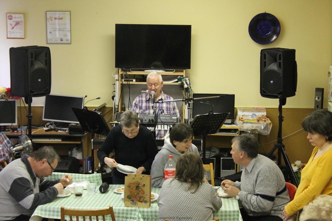 Miski Feri zenél, tagjaink jó étvággyal fogyasztják a francia salátát
