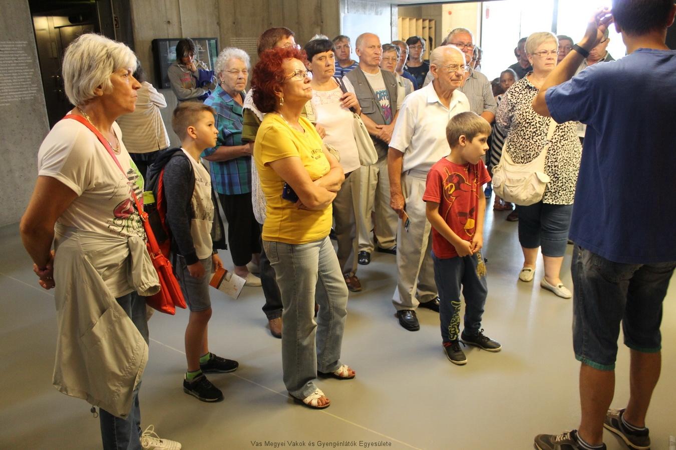 A Vulkán múzeumban hallgatják az előadást.