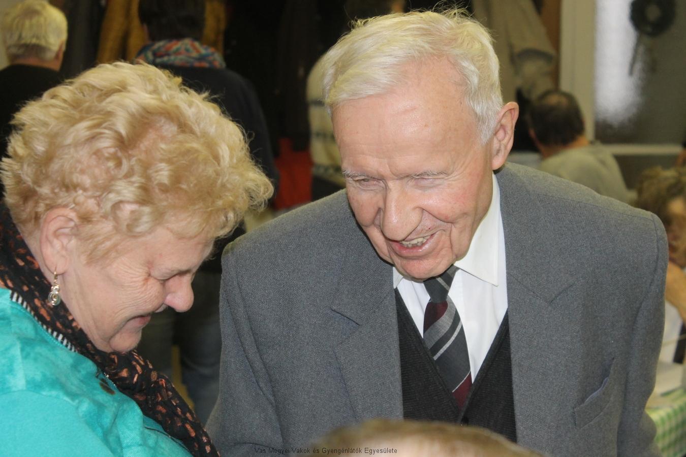 Lak István és Nagyné Marika beszélgetnek