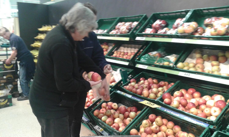 A zöldség-gyümölcs osztályon praktikus tanácsokat kaptunk, mire figyeljünk, honnan vegyük a termékeket ahhoz, hogy a legfrissebb finomságokhoz jussunk.