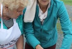Nagyné Marika a húskockázás rejtelmeibe avatja be a bekötött szemű embereket.
