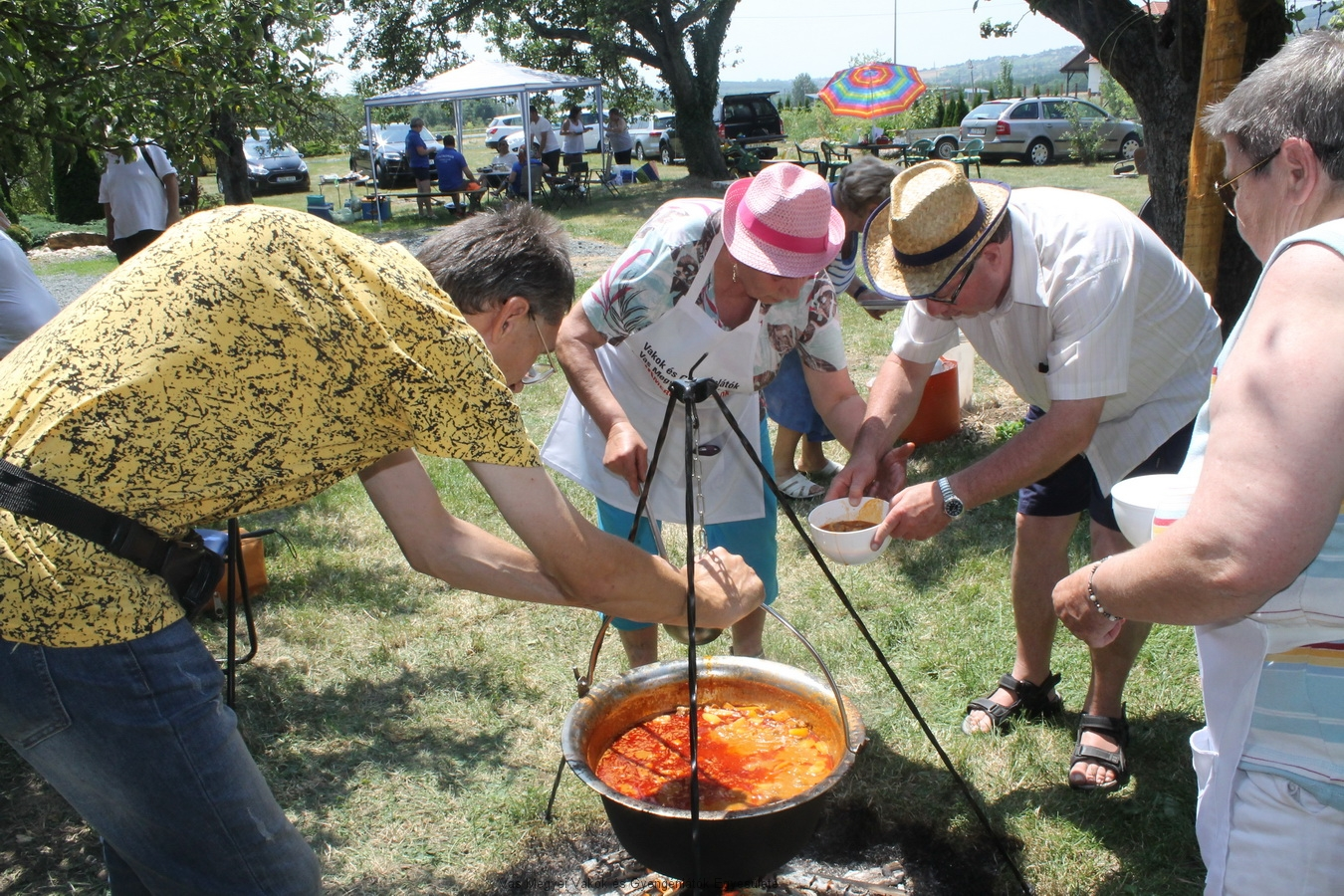 Vak-Merő szakácsaink pincepörköltet főztek. Nagyné Marika volt a főszakács.Második helyezettek lettek, és megkapták a Mesterszakács oklevelet.
