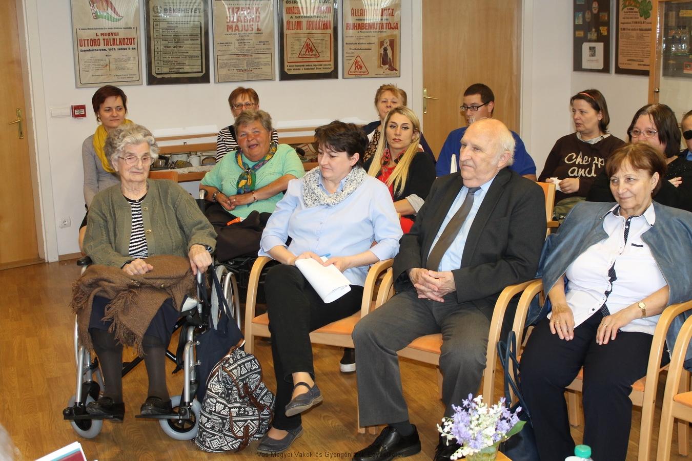 A könyvtárban folytatódott a Szociális hét programja. Május 11-én megtelt az előadó terem. A képen többek közt látható Fiegler Andi, Poór Zoltán, és néhányan az egyesületünk tagjai közül, akik a Szakosított Intézményben élnek.