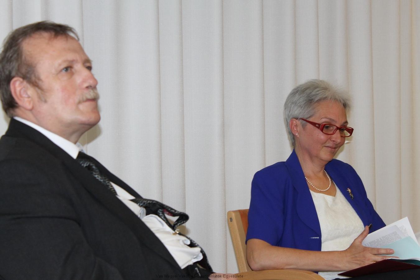 Bal oldalt Fekete Árpád látható, jobb oldalon pedig Kormosné Bloch Györgyi. Kormosné tartotta az előadást május 11-én a Könyvtárban. Előadásában mesélt arról, hogy hogyan is vált segítővé. Beszélt a betegségéről, arról, hogy hogyan állt fel belőle.