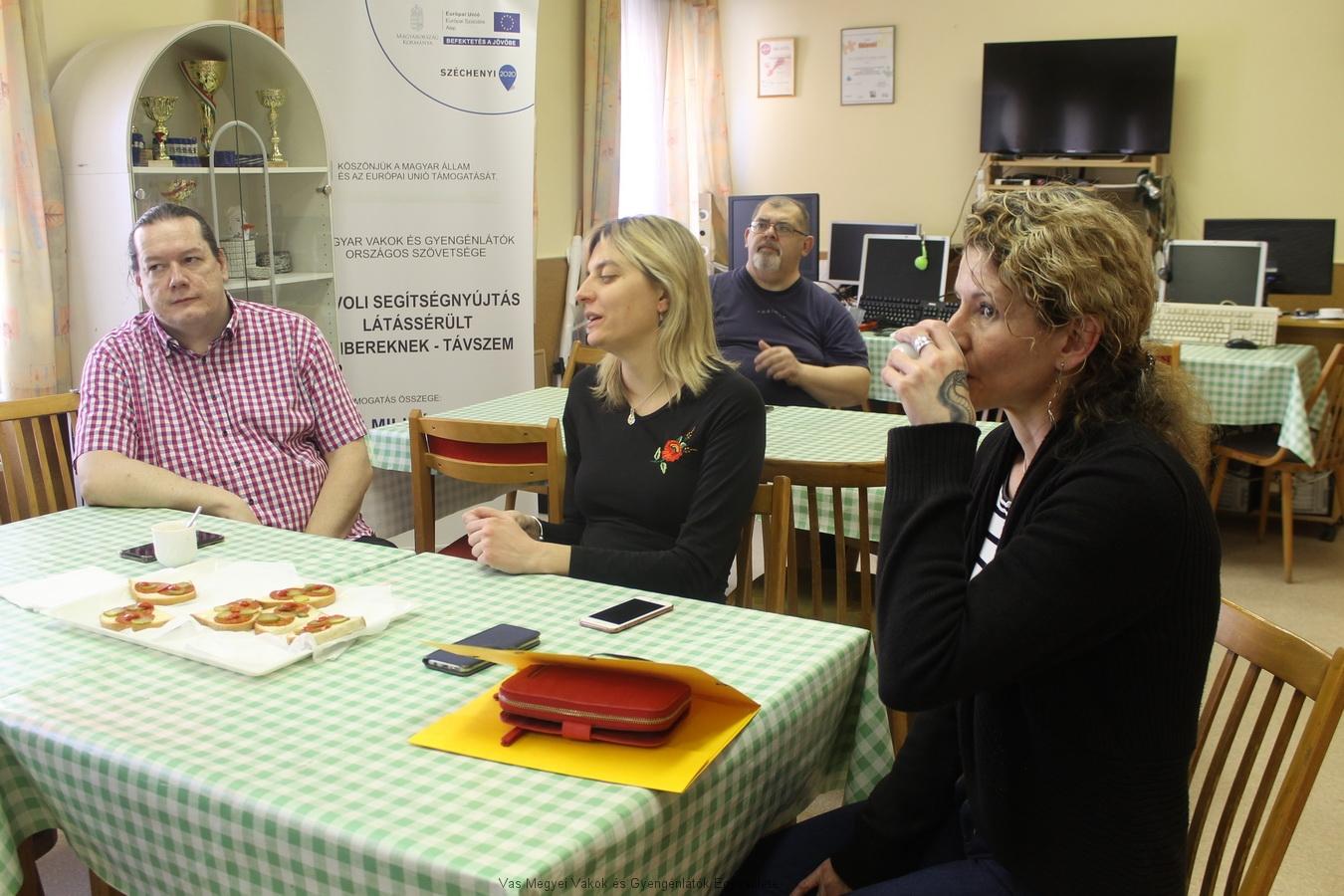 A TÁVSZEM munkatársai ismertetik a projektet.