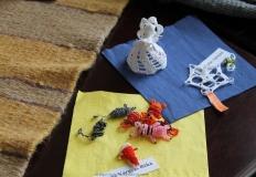 Kertészné Vargyas Réka gyöngyből fűzött állatkái és Dr. Szalai Adrienn horgolása látható.