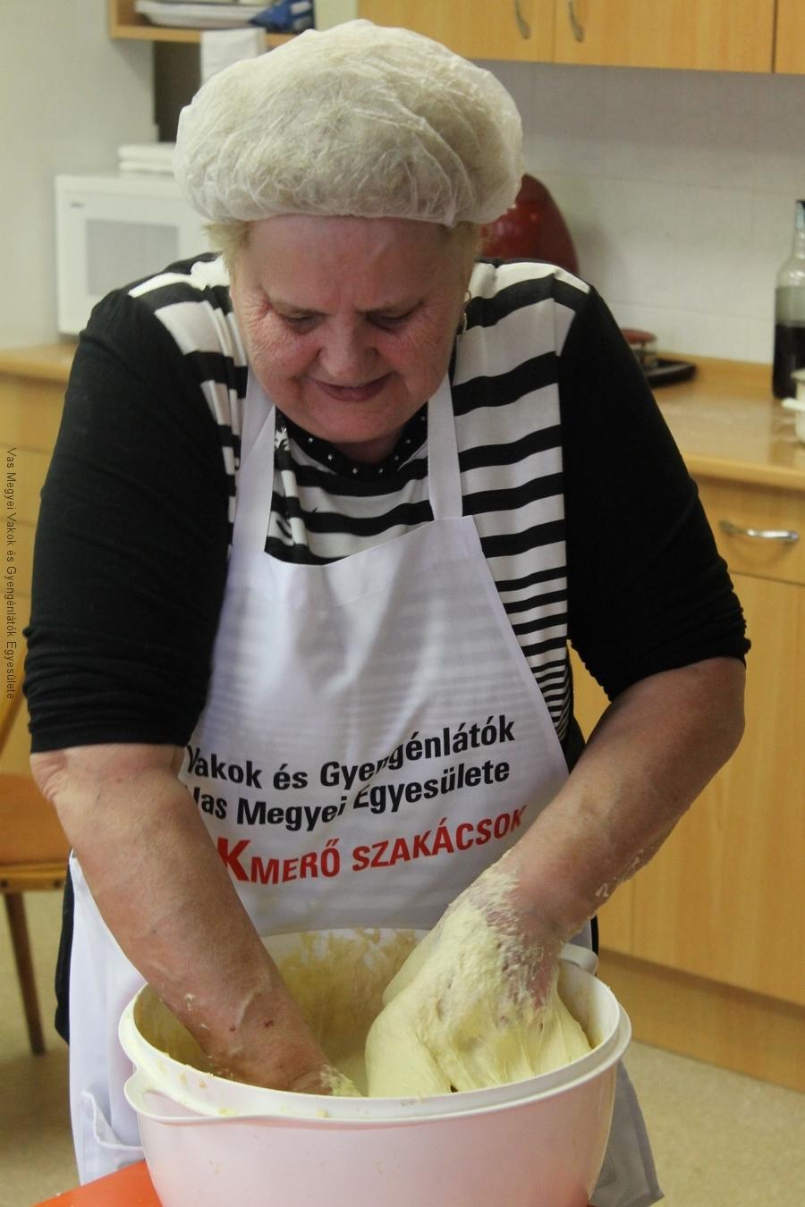 Nagyné Marika dagasztja a fánknak való tésztát, mely 3 kg lisztből készült.