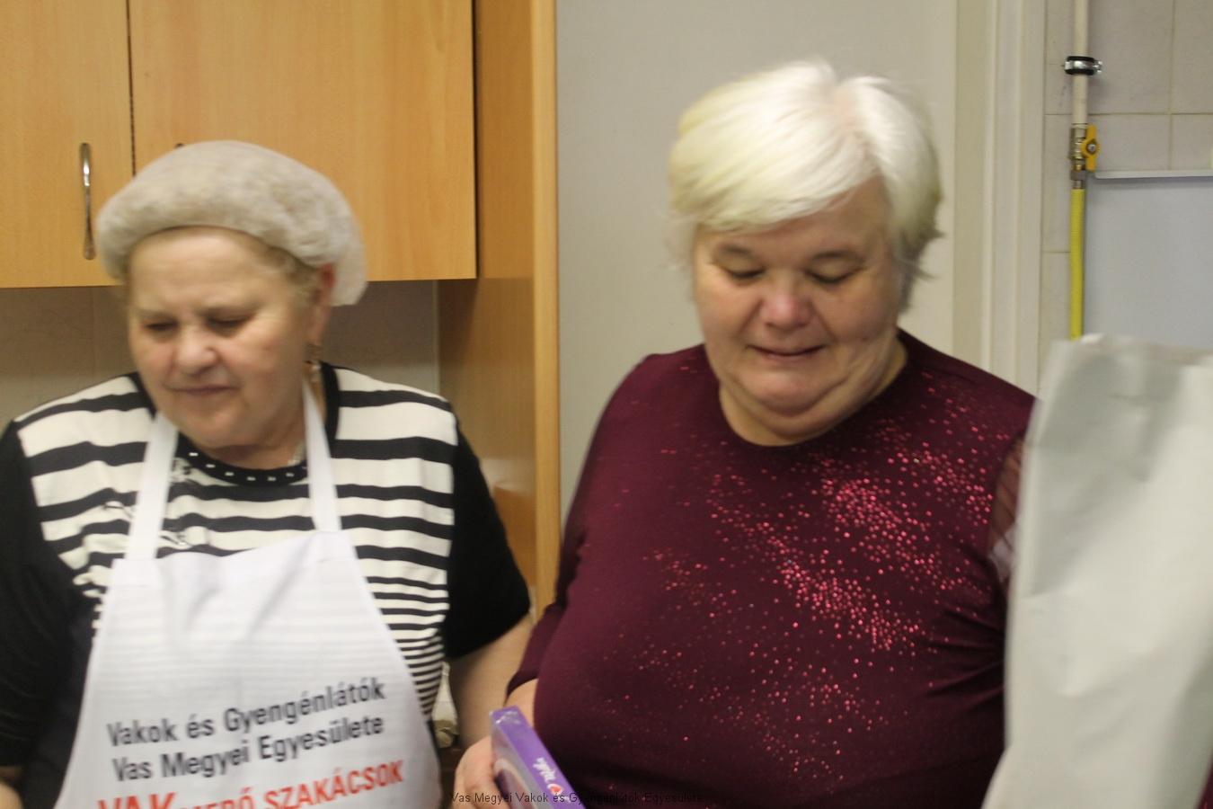 Nagyné Marika Kopcsándiné Zsuzsát köszönti névnap-születésnapja alkalmából.