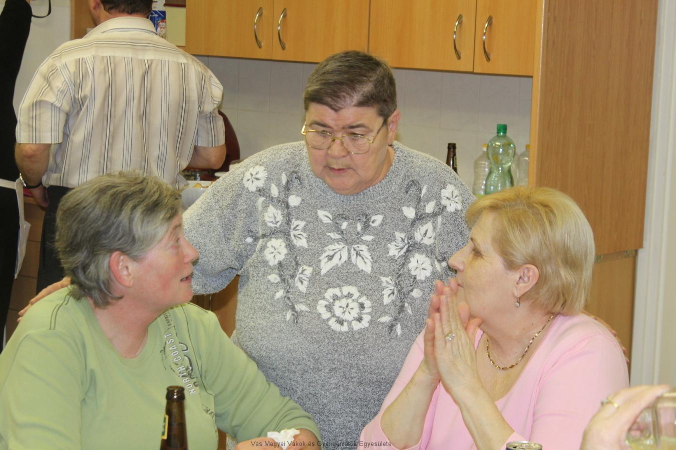 Verácska, Hugi és Kati beszélgetnek.