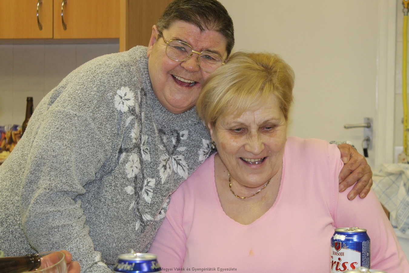 Hugi és Kati vidám, nevetős képe.