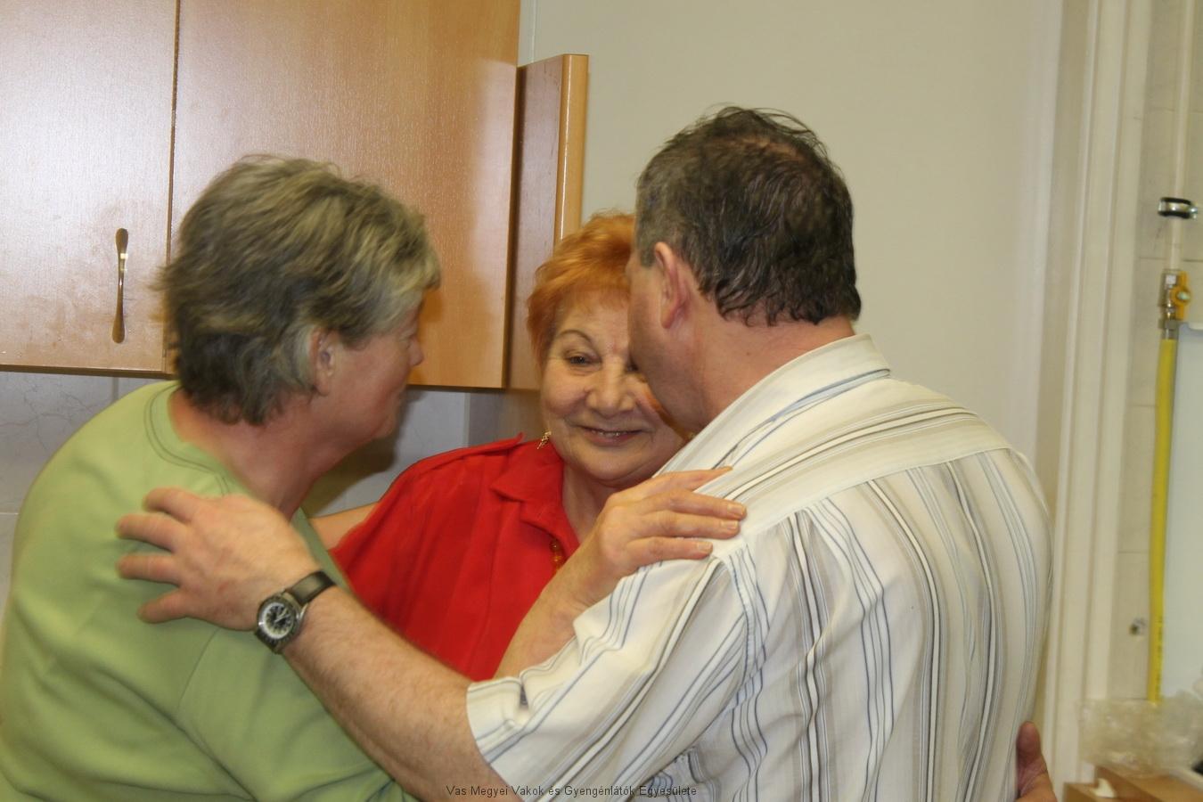Kissné Marika, Horváth József és Vassné Verácska beszélgetnek.