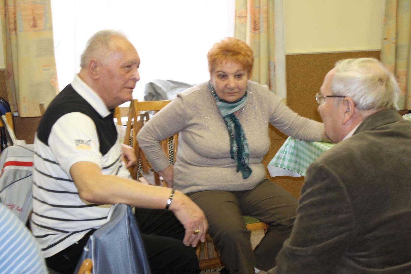 Goda István, egyesületünk volt elnöke, Kissné Marika és Csider Sándor beszélgetnek.