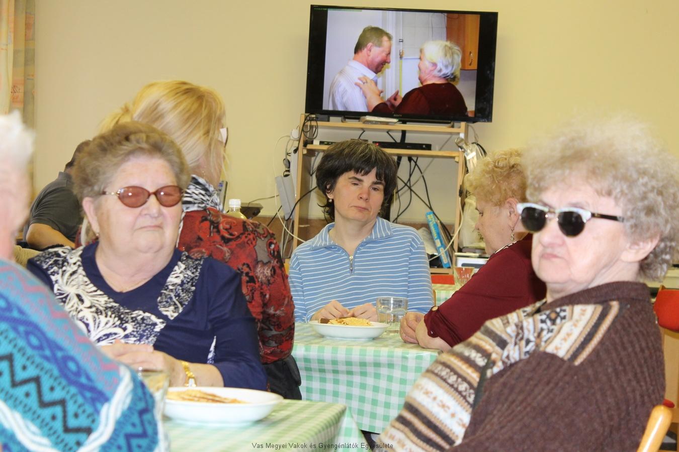 Feketéné Terike, Nagyné Marika, Réka, Irénke hallgatják a verset.