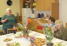 Az asztalon a sok szép virág látható, amit Zsuzsa kapott.